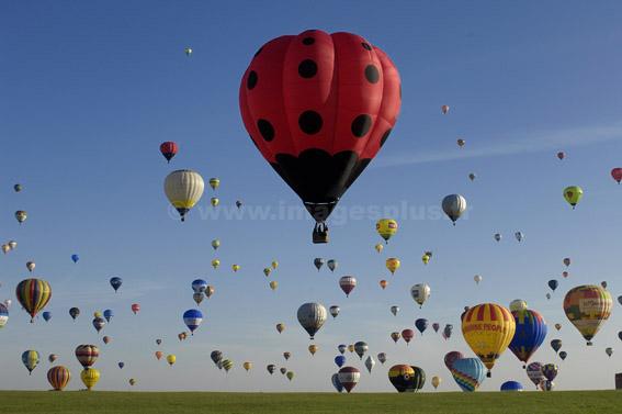Record du monde d'envol en ligne avec 329 montgolfières © photo Yvan Marcou