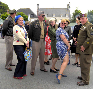Sainte-Mère-Eglise avec un groupe d'écossais portant uniformes de l'Airborne US et leurs compagnes en tenues de l'époque soulignant le jovial accueil des populations réservé aux libérateurs © Photo Yvan Marcou