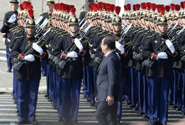 Honneurs rendus au Président de la République par la garde répubicaine. photo Yvan Marcou